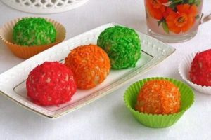 Разноцветные шарики из творога с кокосовой стружкой