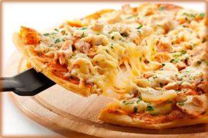 """Да здравствует пицца! 4 новых рецепта.Пицца"""" Пикантная """" с курицей и ананасами."""